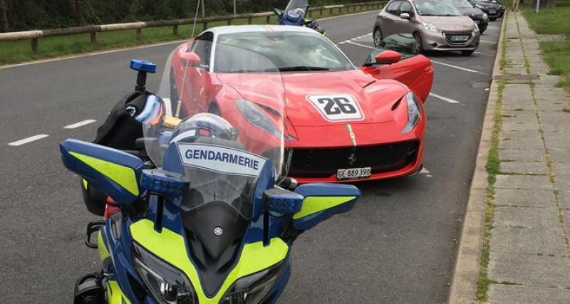 """À 189 km/h au volant d'une Ferrari de 800 chevaux, le """"pilote"""" suisse y laisse son permis"""
