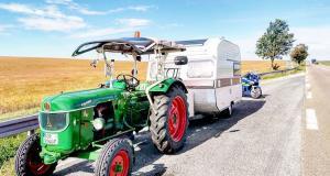 Fous du camping-car : il tracte sa caravane avec son tracteur, la gendarmerie l'escorte
