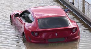 La rupture d'une canalisation provoque le chaos à Londres, une Ferrari FF piégée