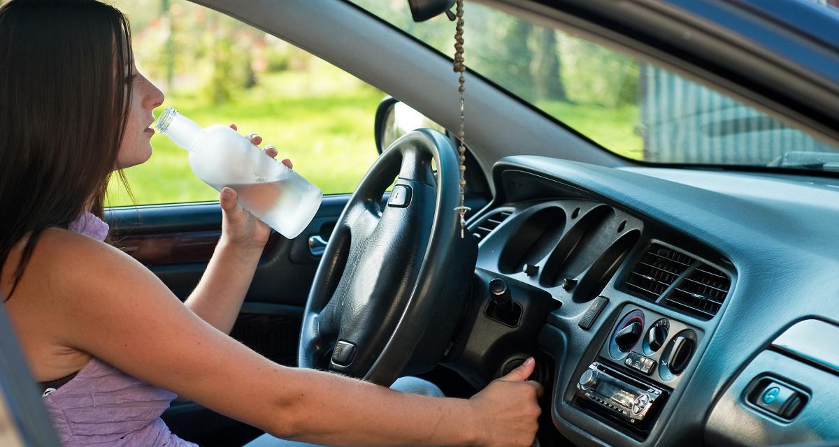 Ivre, une conductrice oublie de serrer le frein à main : sa voiture percute un autre véhicule