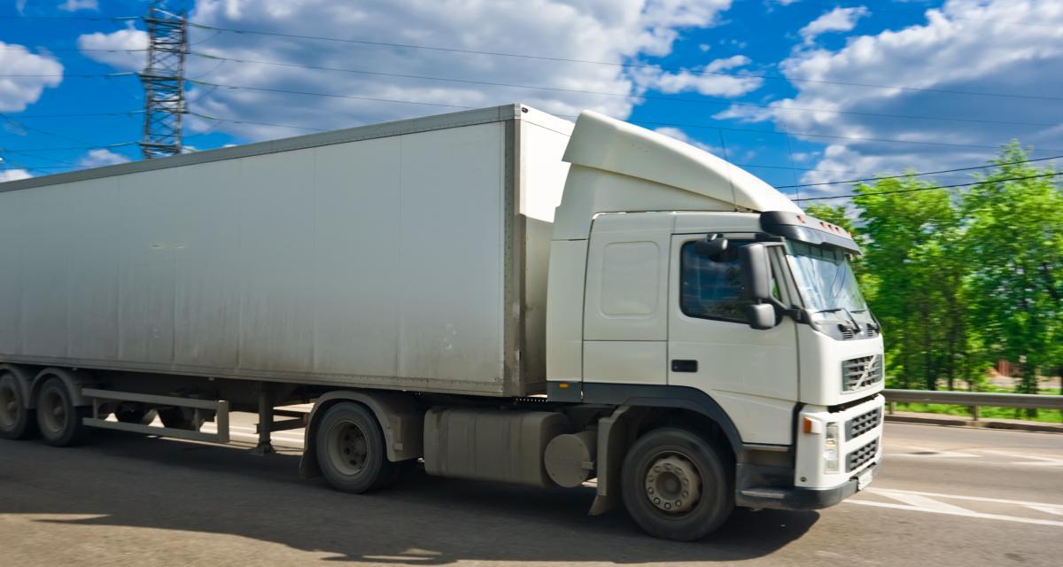 Ivre, il encastre son poids lourd dans un autre camion en stationnement