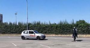 Une voiture percute un motard sans casque : des cascadeurs pro nous montrent les conséquences en vidéo