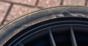 Sous stupéfiants et sans assurance, il conduit avec des pneumatiques lisses
