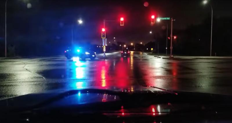 Il grille un feu rouge sous l'oeil attentif d'une voiture de police (vidéo)