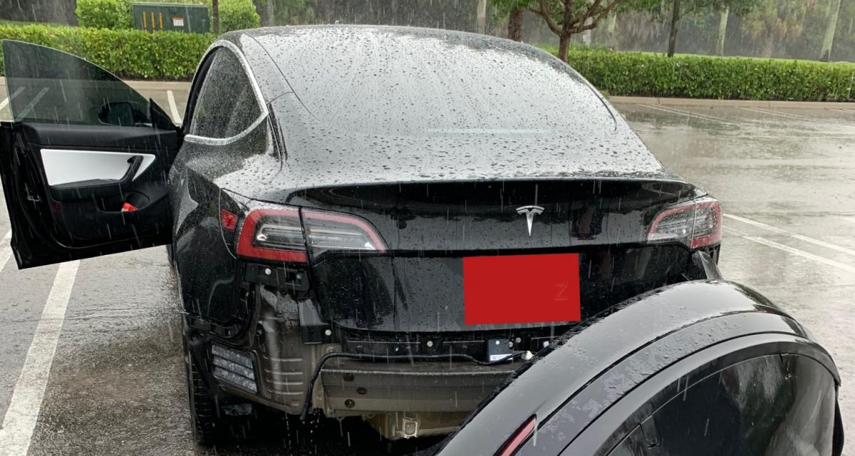 Le bouclier arrière de sa Tesla lâche : grosse frayeur en vidéo