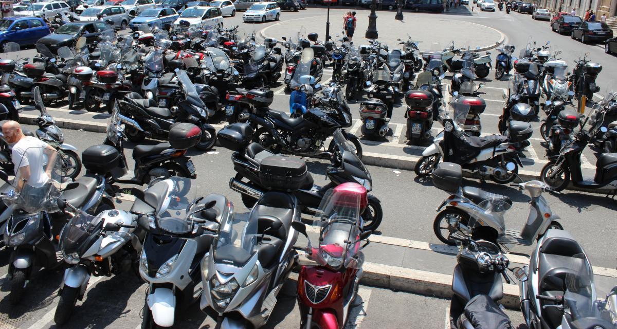 Les motards protestent à Paris contre le racket du stationnement payant