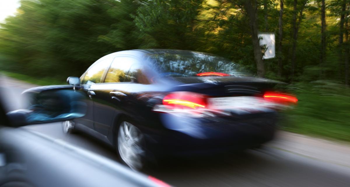 Deux Italiens pied au plancher sur une départementale : ciao le permis de conduire