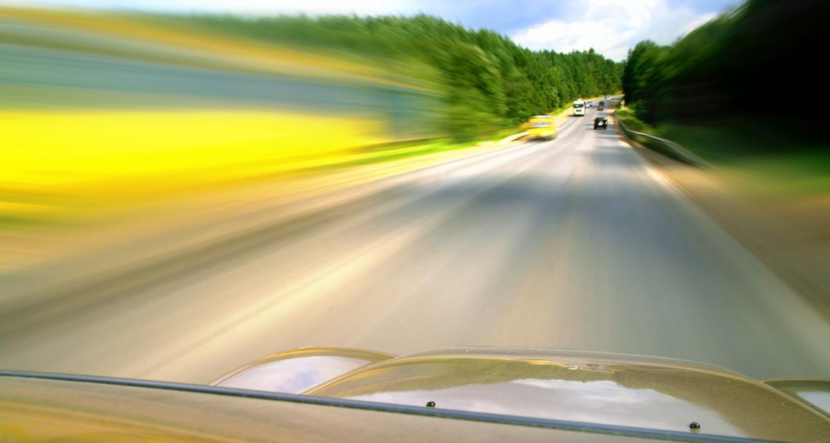 Deux SUV font la course à 180 km/h sur l'autoroute... à la fin c'est la gendarmerie qui gagne