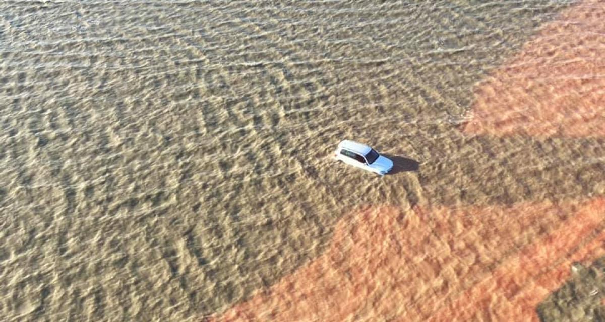 Prise au piège par la marée montante, une famille abandonne sa voiture coincée par les flots