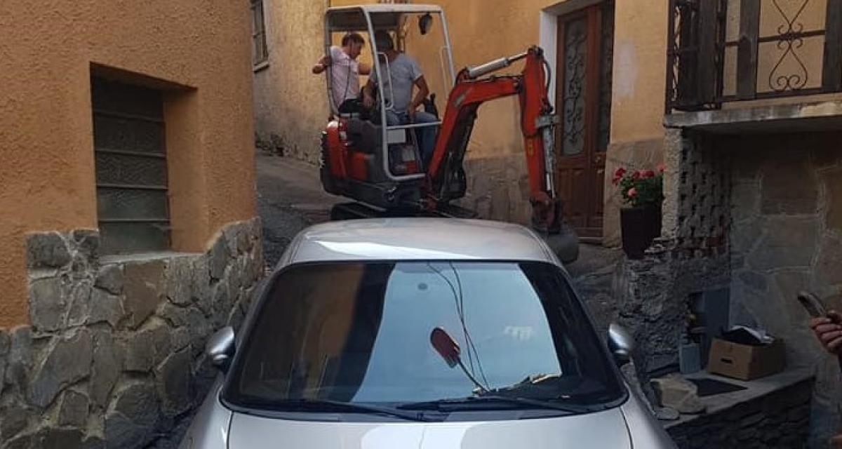 Une Porsche se retrouve bloquée dans une ruelle : les pompiers sortent la pelleteuse !