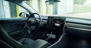 Il perd son permis de conduire après avoir utilisé l'écran tactile de sa Tesla
