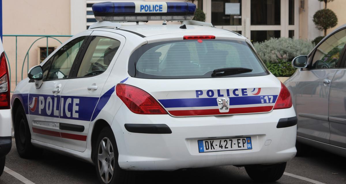 Un jeune chauffard fonce dans une voiture de police et termine sa course-poursuite sur le toit d'un immeuble