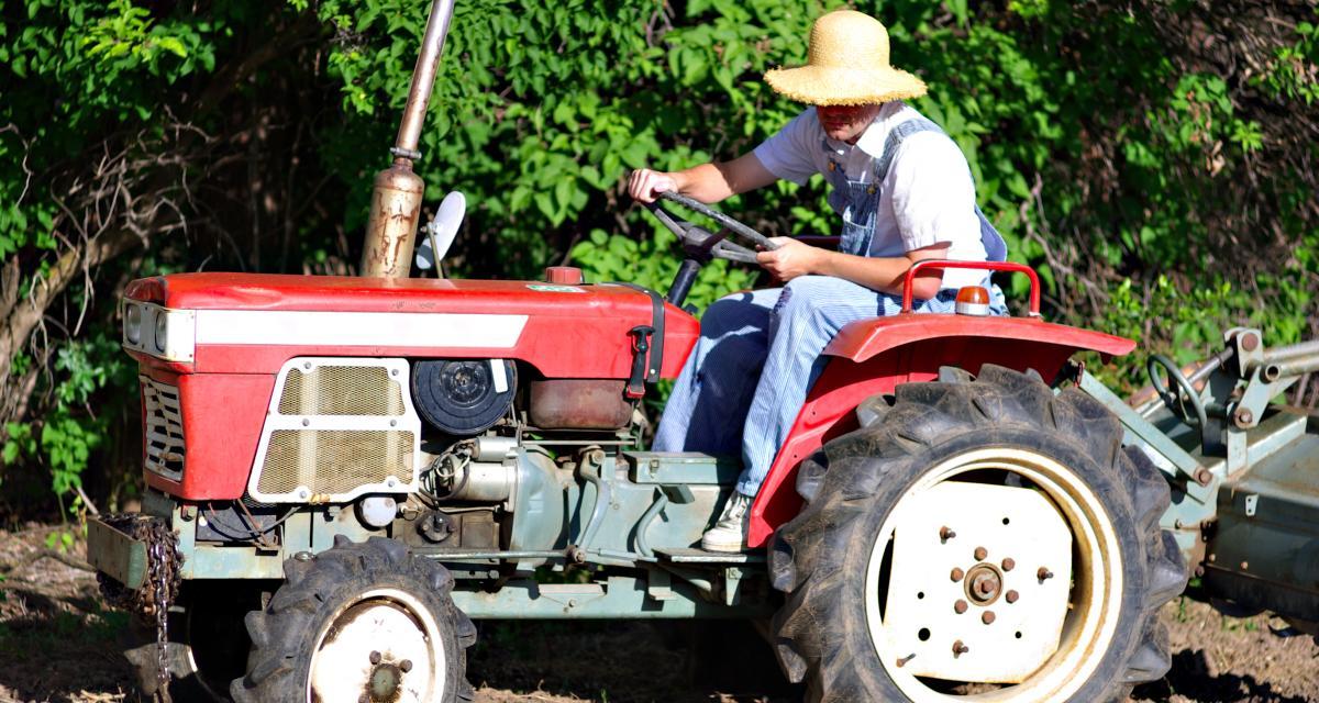 En excès de vitesse avec son tracteur des années 50 : frayeur assurée !