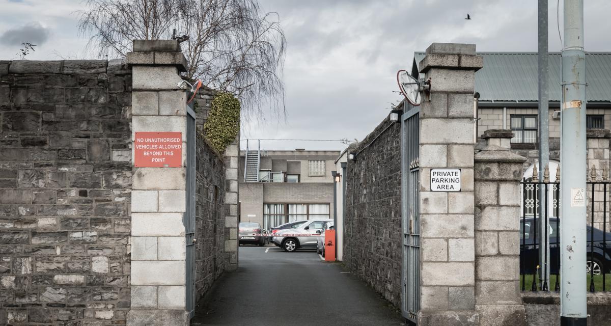 Un homme tente de lancer de la drogue, des téléphones et du parfum à un prisonnier : la police était juste à côté !