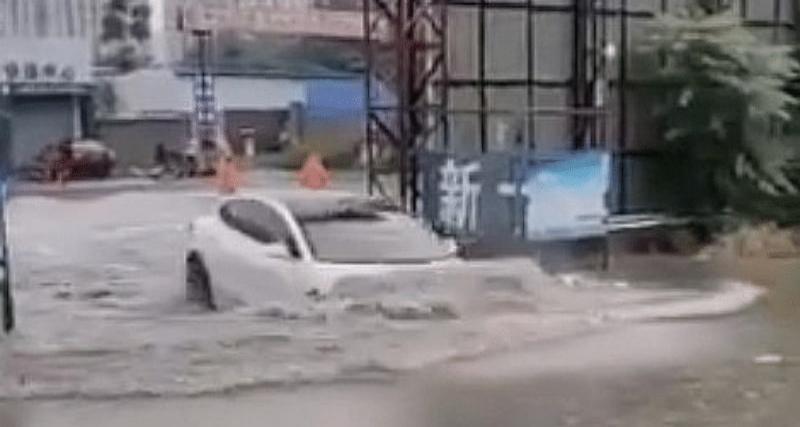 Dans une rue inondée, une Tesla avance dans l'eau et s'en sort indemne (vidéo)