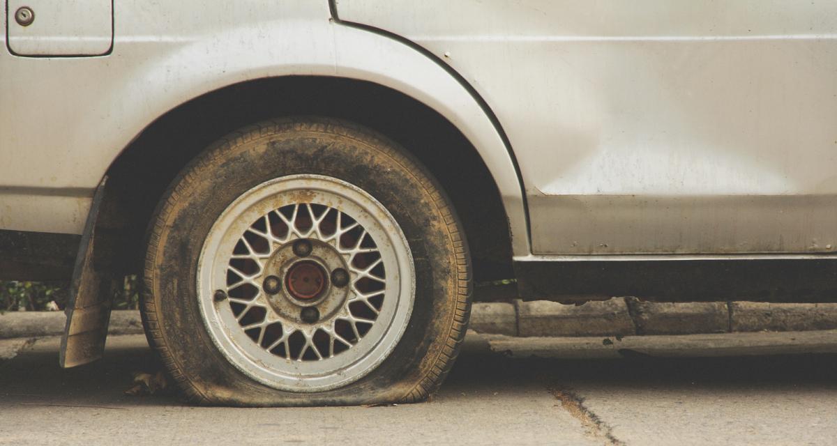Contrôlé pour une ceinture non attachée, il s'enfuit et roule sur l'autoroute pendant 20 kilomètres avec un pneu éclaté