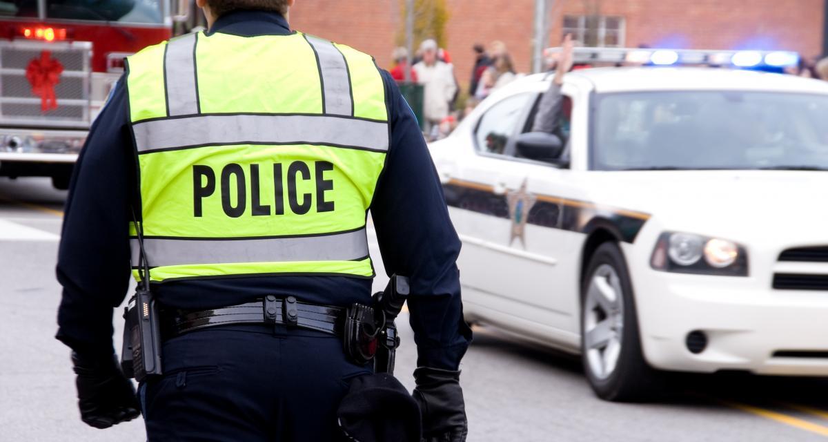 Il refuse de se faire contrôler, prend la fuite et percute une voiture de police
