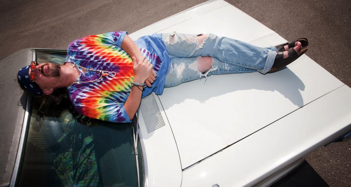 Il s'accroche au capot de la voiture de sa femme pendant 5 km !