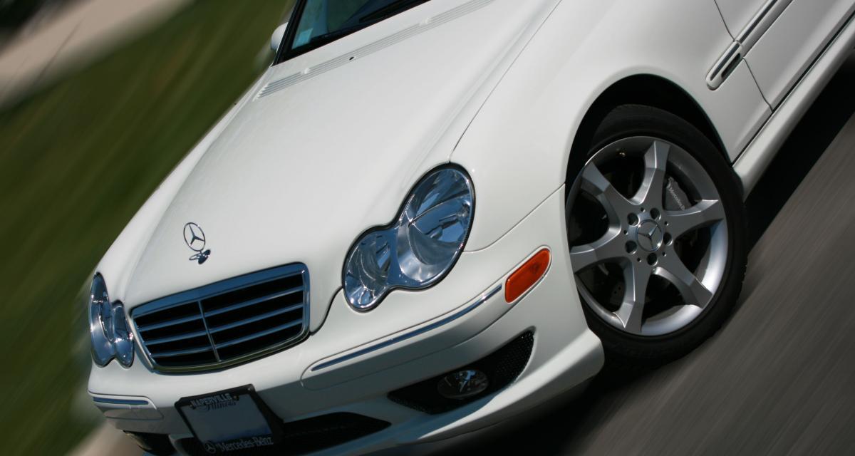 Excès de vitesse en Mercedes : la police trouve un pistolet et 13 cartouches dans la voiture