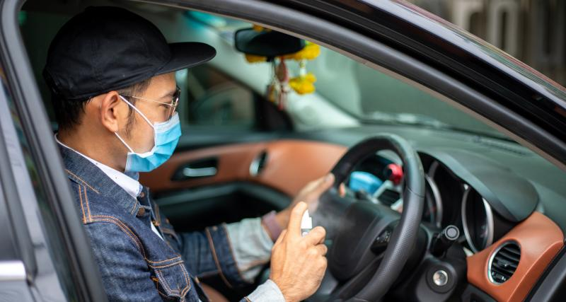 Masque de protection suspendu au rétro : attention au PV !