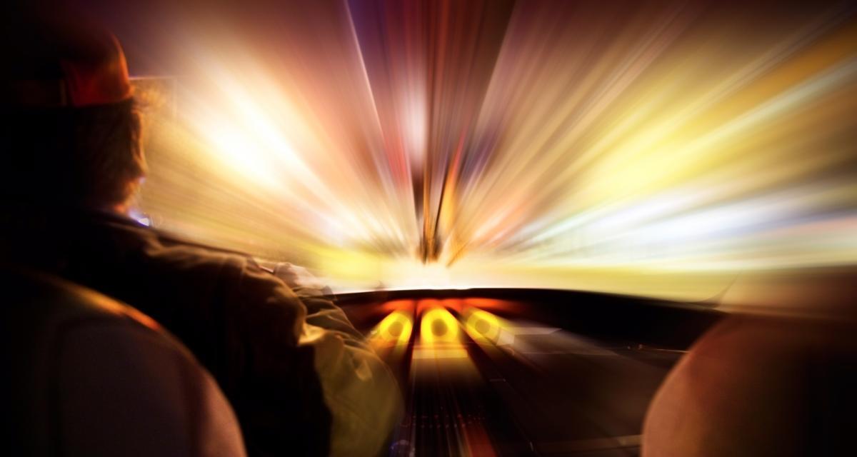 Un chauffard se fait arrêter pour excès de vitesse, crache sur l'enquêteur et insulte l'interprète