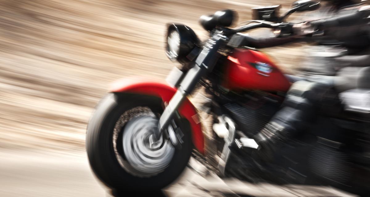 Un motard de nouveau en grand excès de vitesse retourne devant le tribunal