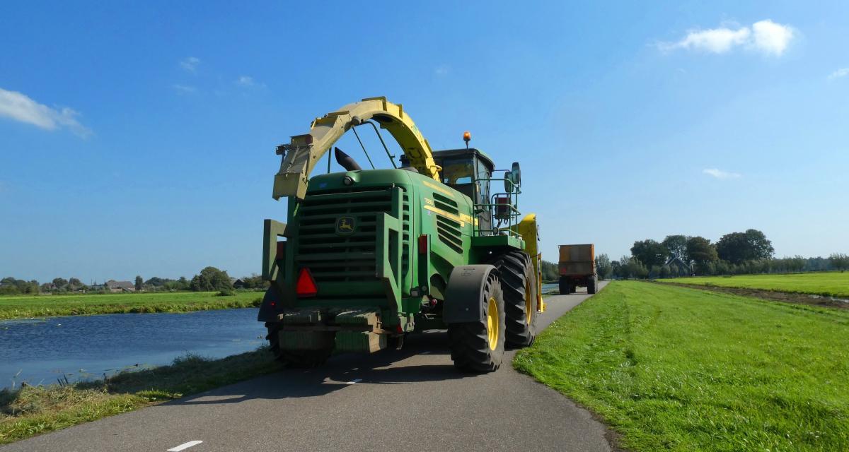 Le tracteur fonce sur une voiture, son conducteur menace aussi le maire de la commune voisine