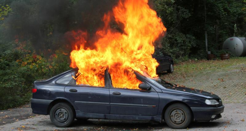 Il roule sur la jante après avoir crevé son pneu : sa voiture prend feu sur l'autoroute
