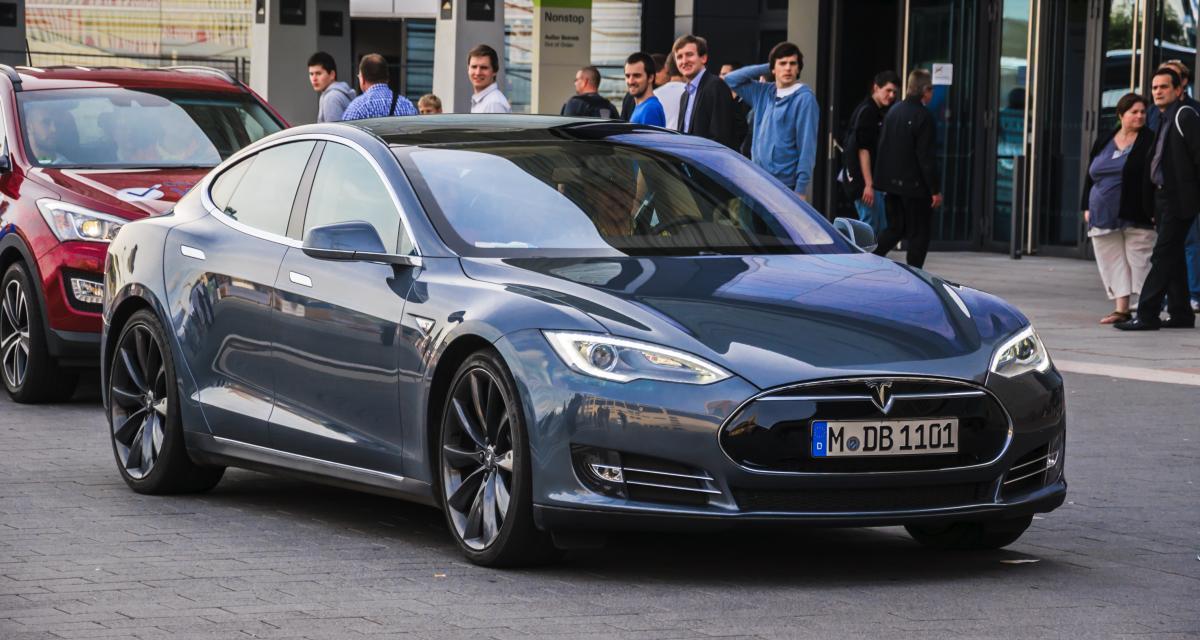 Il fait une sieste à 150 km/h au volant de sa Tesla autonome, la police n'en revient pas