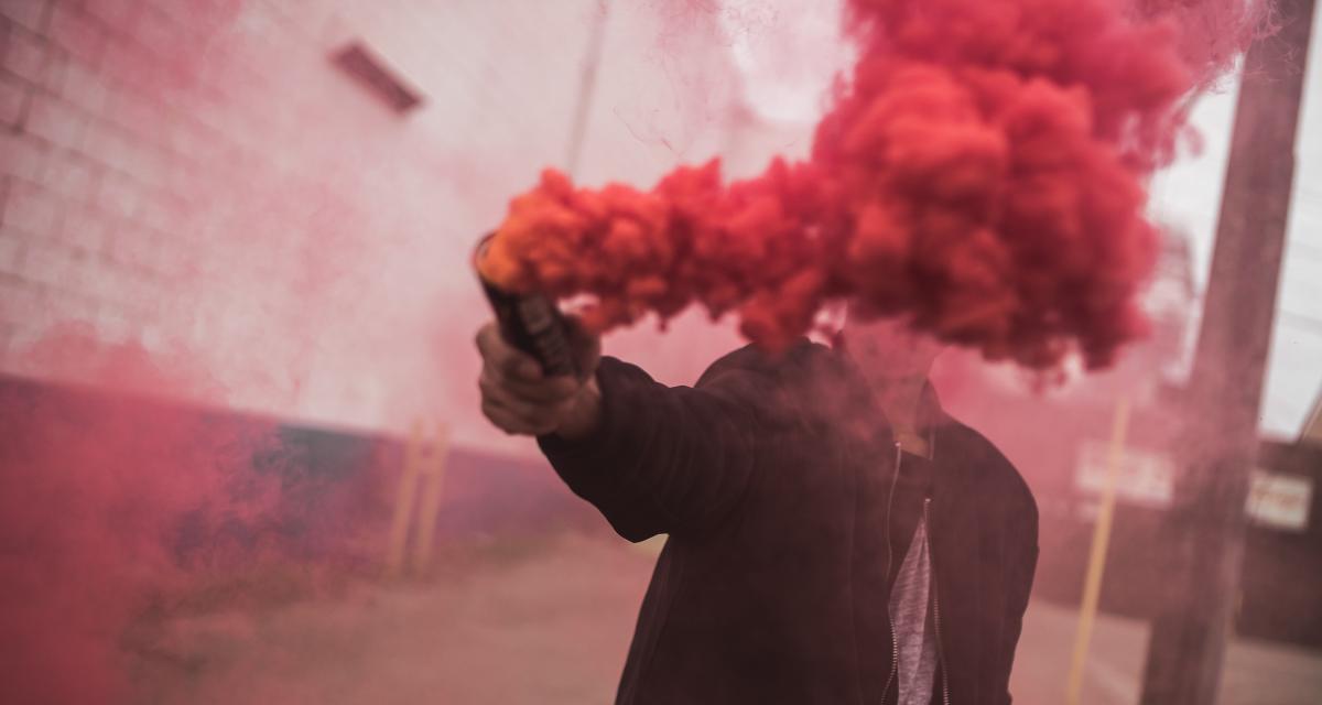 Fous du volant : ils allument des fumigènes dans un tunnel pour fêter un mariage