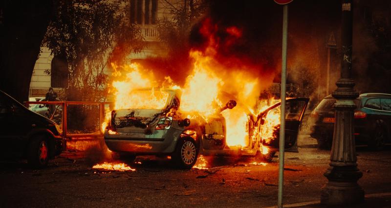 Fou du volant : il roule sur la jante sur l'autoroute, sa voiture finit par prendre feu