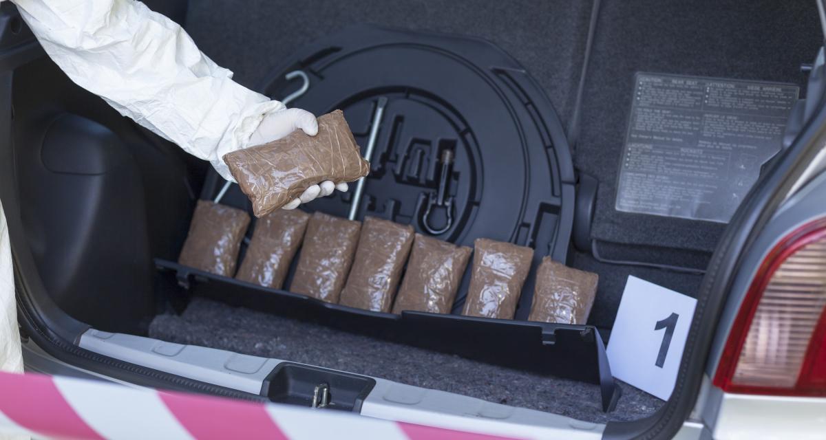 Les policiers l'arrêtent pour excès de vitesse et découvrent plusieurs grammes de cannabis dans son véhicule