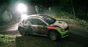La Ford Fiesta décolle de plusieurs mètres avant de s'écraser au sol, l'équipage est indemne (vidéo)