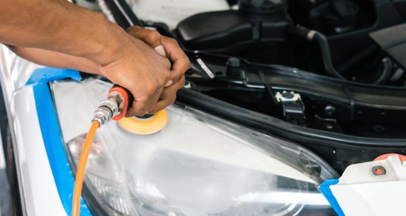 Entretien de ma voiture : 3 astuces pour rénover des phares opaques