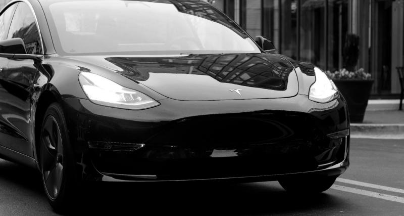 Une Tesla Model Y perd son toit sur l'autoroute et se transforme en cabriolet (vidéo)