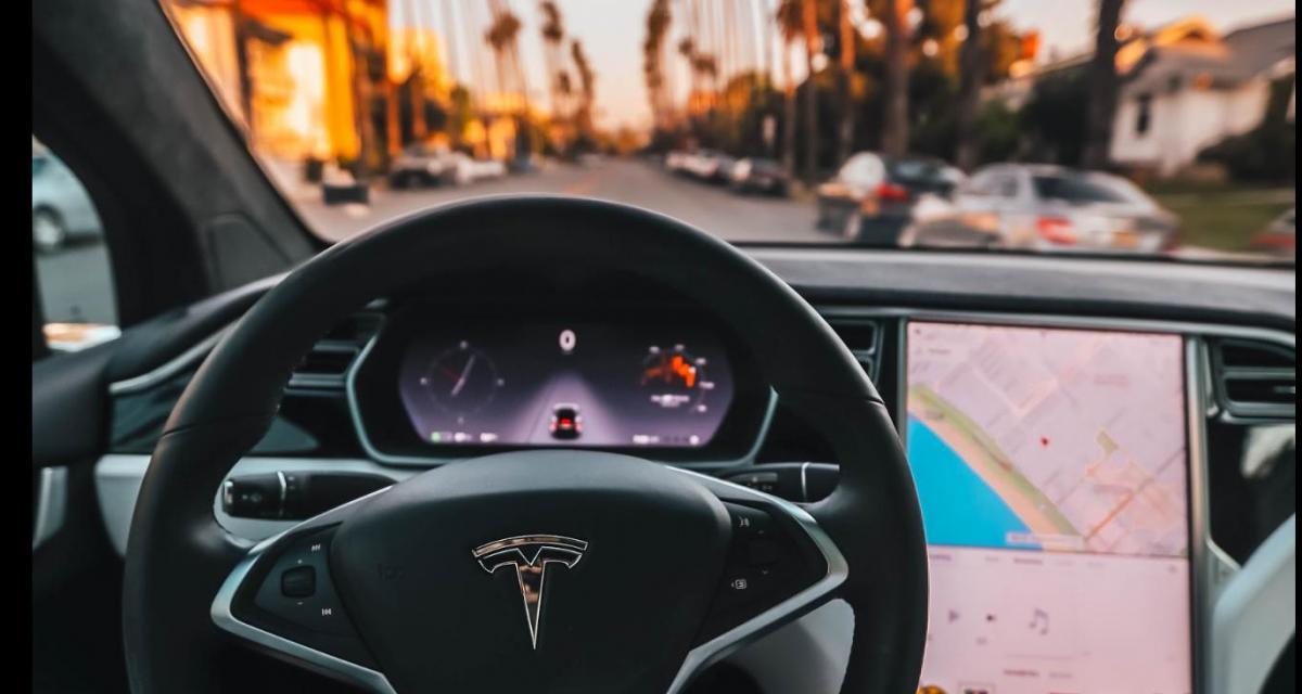 Le conducteur de cette Tesla Model X saute sur la place passager et laisse faire la voiture (vidéo)