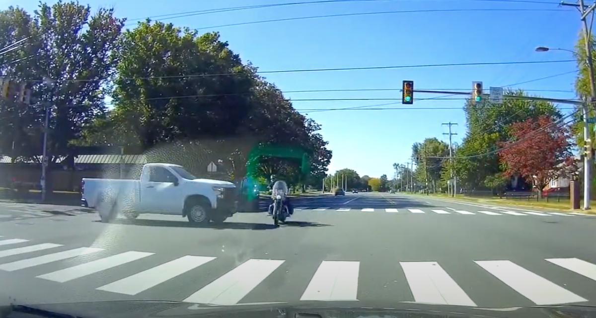 Ce motard a eu de la chance... et de très bons réflexes (vidéo)