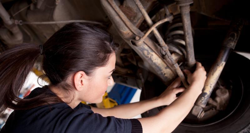 Réparer sa voiture dans la rue : qui a le droit de faire ça ?