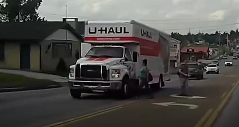 Nez à nez avec un camion, cette piétonne a eu chaud (vidéo)