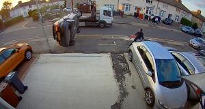 Une Audi A3 perd le contrôle et manque d'écraser un piéton sauvé par ses réflexes (vidéo)