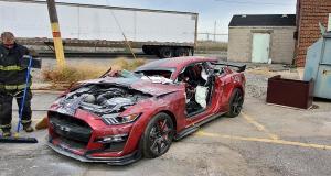 Les pompiers détruisent une Ford Mustang pour s'entraîner et ça fait mal au cœur