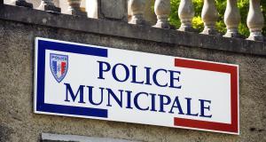 Le conducteur fume un petit joint pendant une livraison … à la gendarmerie