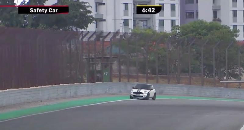 Mais comment cette Mini Cooper a bien pu se retrouver au milieu d'un circuit en pleine course ? (vidéo)