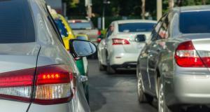 Drogué, il crée des embouteillages en jetant des billets sur la route