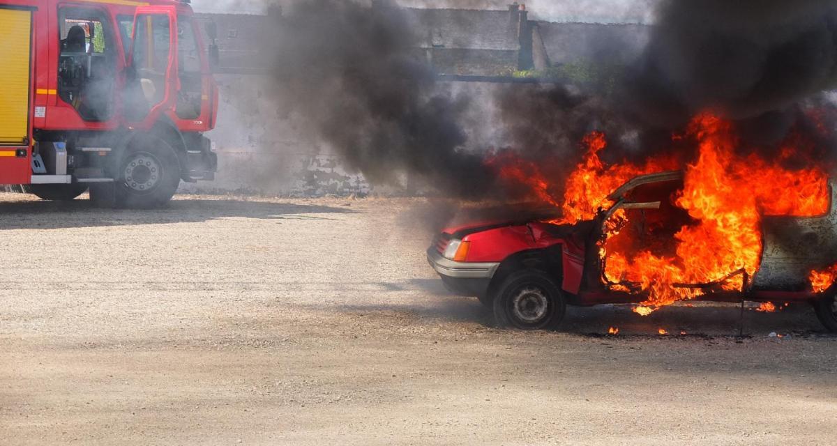 Voitures et pneus incendiés : le pyromane arrêté un couteau en main