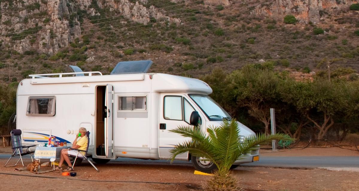 Confinement : un prof donne ses cours dans son camping-car