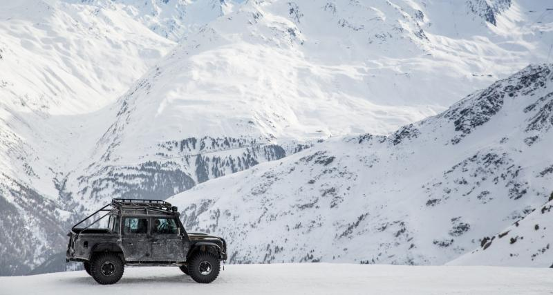 "Un Land Rover Defender 110 SVX ""Spectre"" JB24"
