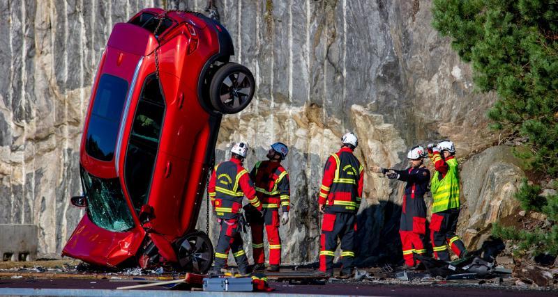 Volvo lâche des voitures neuves à plus de 30 mètres de haut … pour la bonne cause