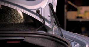 Entretien de ma voiture : comment remplacer des vérins de coffre fatigués