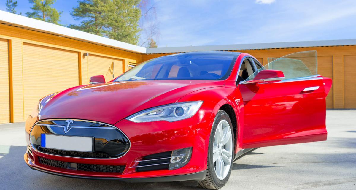 Une Tesla Model S perd son toit sur l'autoroute et ce n'est pas la première fois (vidéo)